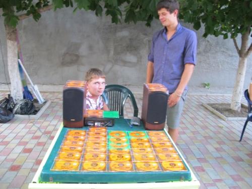 Незаконная торговля дисками в Феодосии.